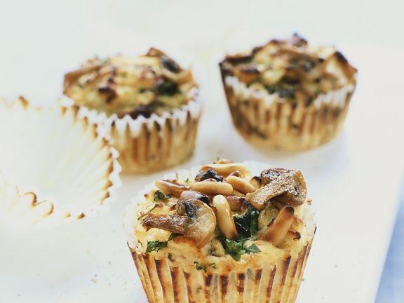 Herzhafte Muffins mit Pilzen und Pinienkernen