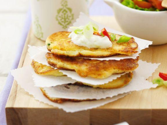 Herzhafte Pfannkuchen mit Joghurt-Gurken-Dipp