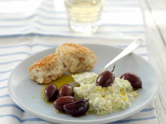Herzhafter Joghurt auf griechische Art (Tzatziki) mit Kalamata-Oliven