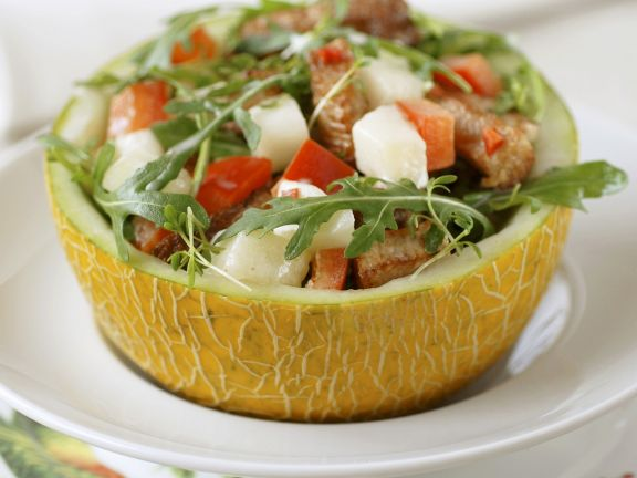 Herzhafter Melonensalat in halber Melone