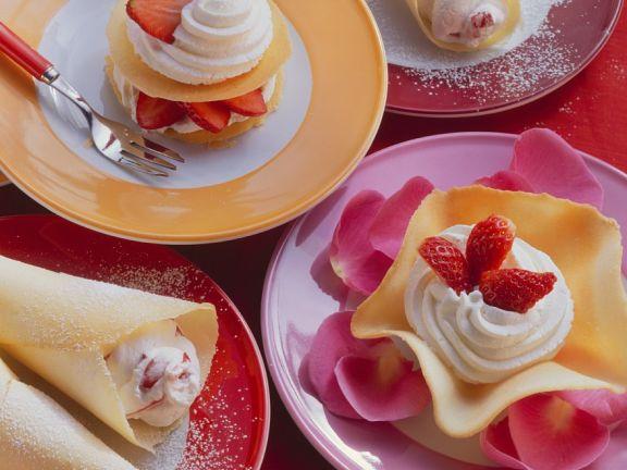 Hippen mit Schlagsahne und Erdbeeren