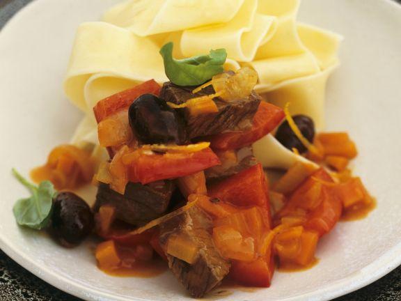 Hirschgulasch mit Paprika, Oliven und Nudeln