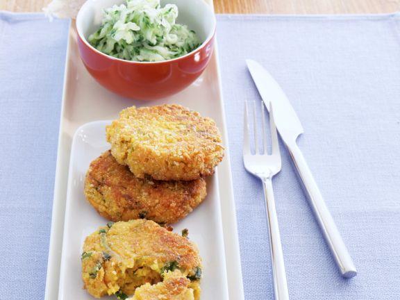 Hirse-Curry-Taler mit Gurkensalat
