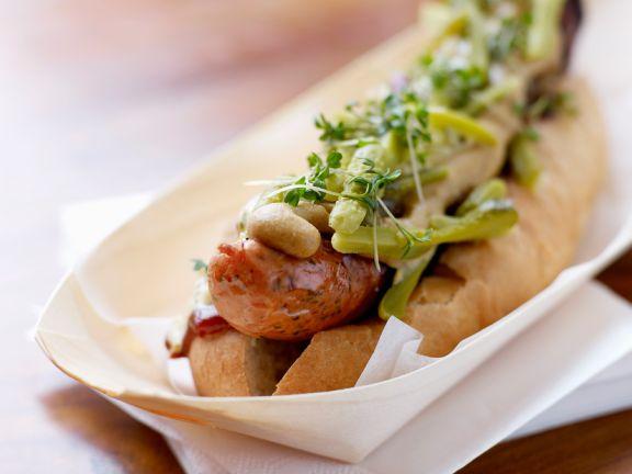 Hot Dog mit Bratwurst und Gurken