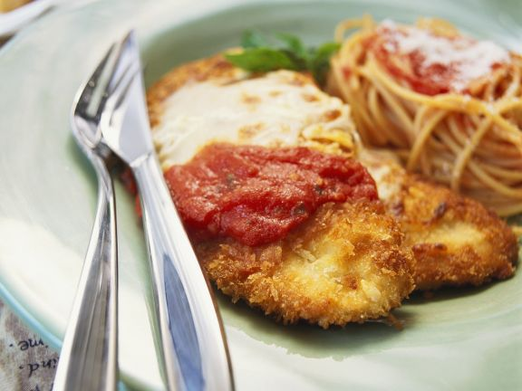 Hühnchenbrust mit Tomatensoße, Käse und Nudeln