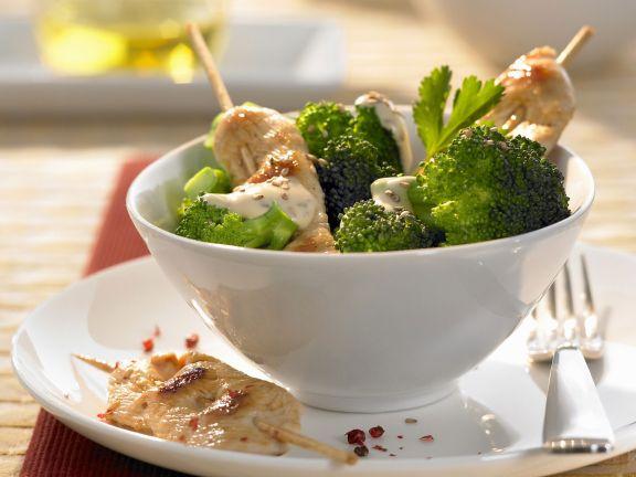 Hühnchenspieße mit Sesam und Broccoli