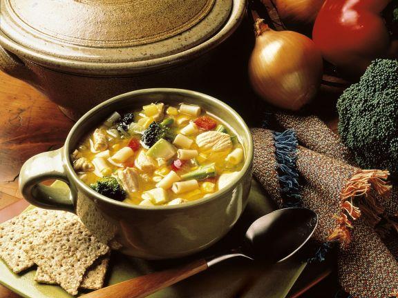 Hühner-Gemüsesuppe mit Nudeln