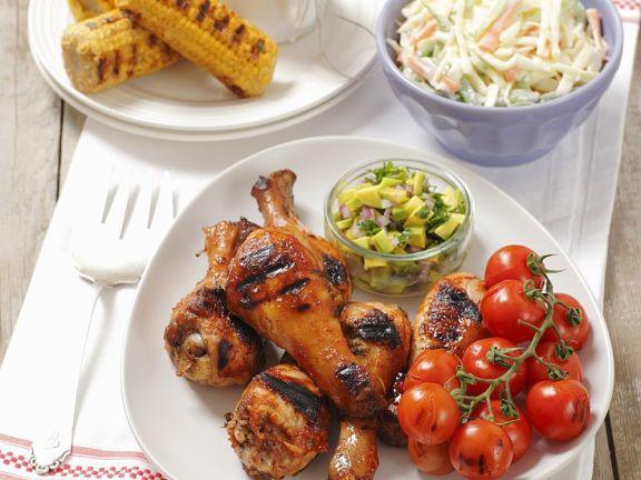 Hühnerbeine vom Grill mit Tomaten, Mais und Krautsalat