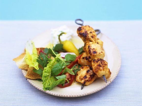 Hühnerspieße vom Grill mit Salat