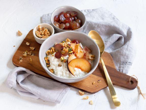 Hüttenkäse-Frühstück mit Pflaumen und Weintrauben