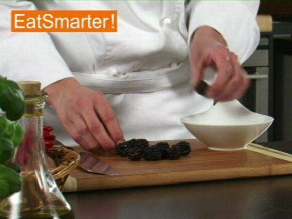 Frische Brombeeren verlesen und waschen   EAT SMARTER