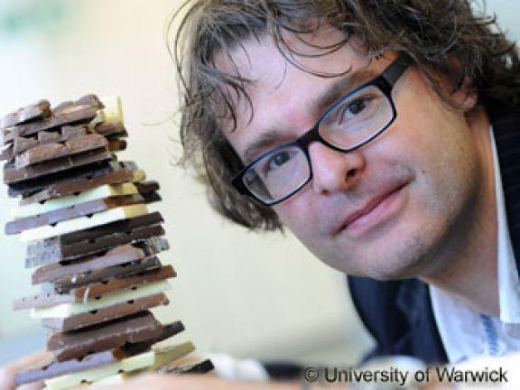 Studienleiter Dr. Stefan Bon mit der fettarmen Schokolade