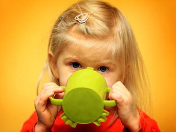 Durstige Kinder trinken auch gerne Wasser.