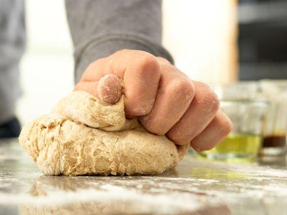 Kneten verbindet die Zutaten und macht einen Teig elastisch.