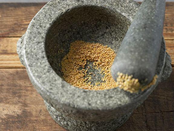 Ein Mörser kann Gewürze zu feinem Pulver mahlen.