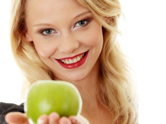 Ein Apfel gehört zu den Fitmacher-Snacks fürs Büro