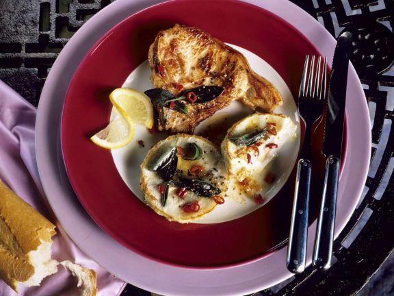 In Salbei-Chili-Butter gebratenens Kotelett mit Artischocken