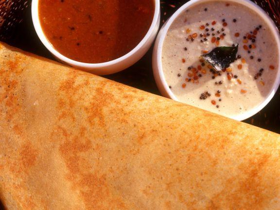 Indischer Reisfladen mit Dips