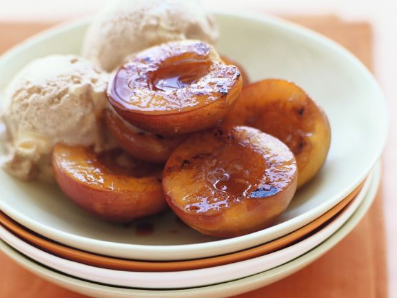 Ingwereis mit karamellisiertem Pfirsich