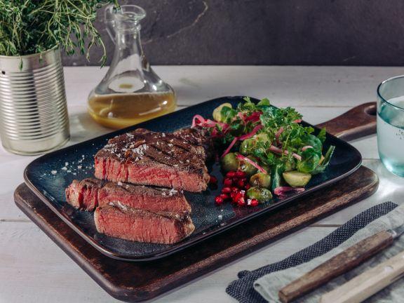 Irish Rib-Eye-Steak mit lauwarmem Rosenkohlsalat und Granatapfel