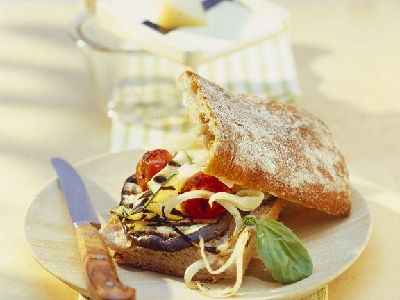 Italienisches Weißbrot mit Käse und Grillgemüse