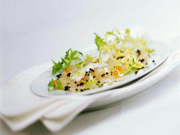 Jakobsmuschelcarpaccio mit Kaviar und Salat