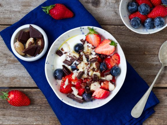 Joghurt mit Beeren, Schokolade und Paranüssen