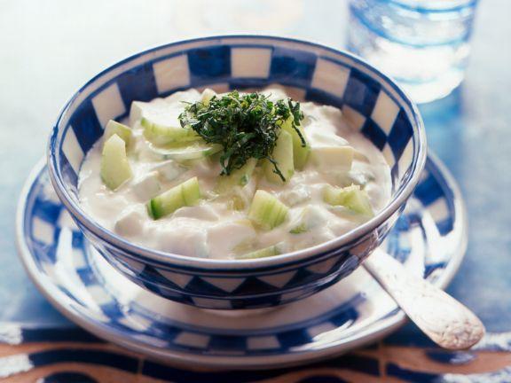 Joghurt mit Gurke und Minze