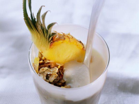 Joghurt mit Müsli und Ananas
