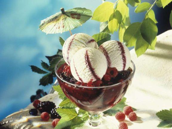 Joghurteis mit Beeren und roter Grütze
