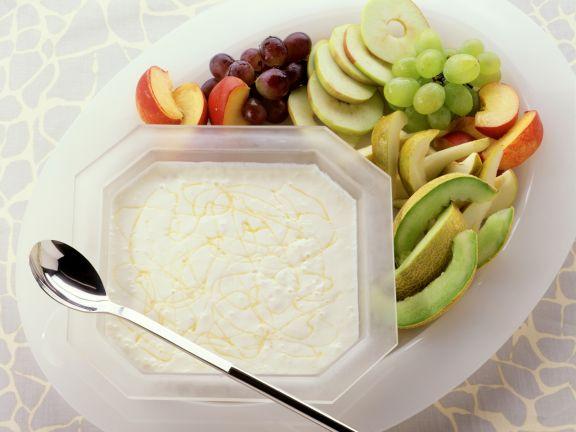 Joghurtspeise mit frischen Früchten und Honig