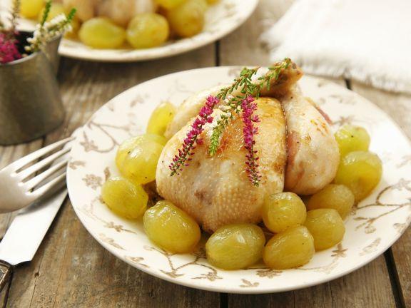 Junges Hühnchen mit Weintrauben