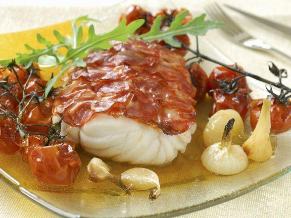 Kabeljau im Chorizo-Mantel mit Tomaten, Knoblauch und Zwiebeln