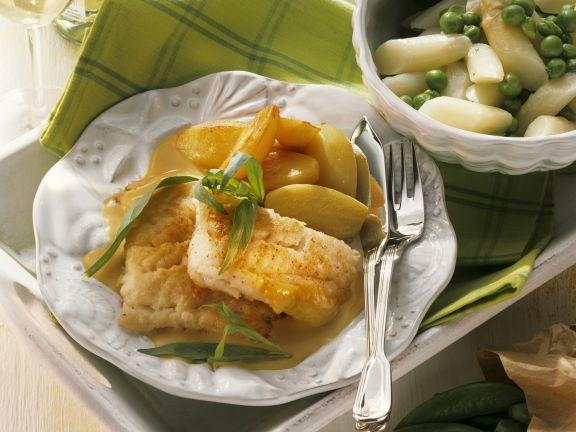 Kabeljau mit Estragonsoße, Spargel-Erbsen-Gemüse und Kartoffeln