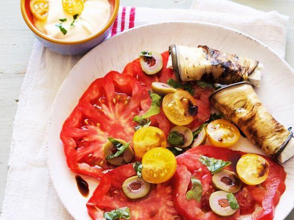 Käse im Auberginenmantel mit Tomaten