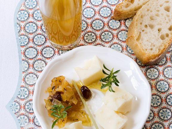 Käse mit Zwiebelchutney