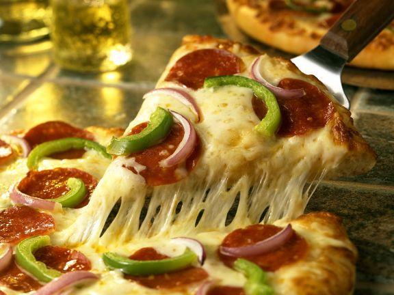 Käse-Salami-Pizza
