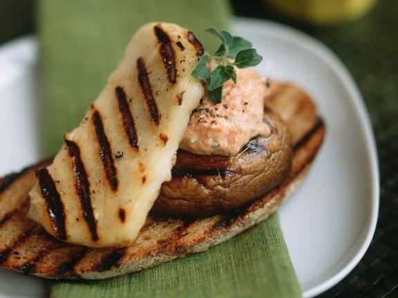 Käse und Pilze auf Röstbrot