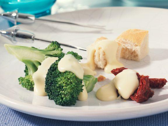 Käsefondue mit mariniertem Brokkoli und getrockneten Tomaten