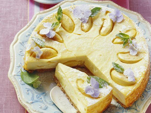 Käsekuchen mit Äpfeln und Krümelboden
