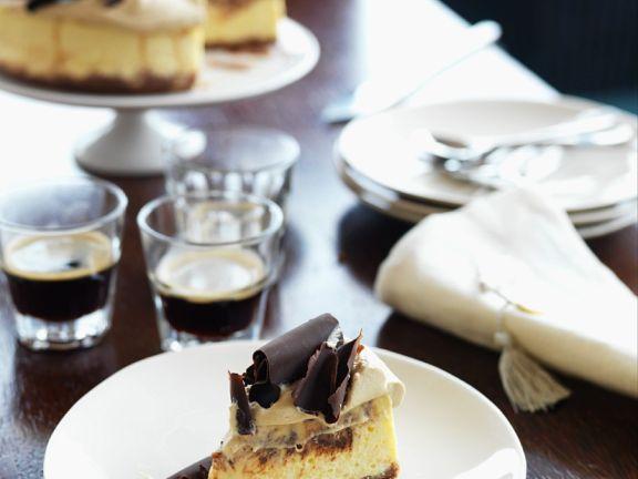 Käsekuchen mit Kaffee und Schokolade
