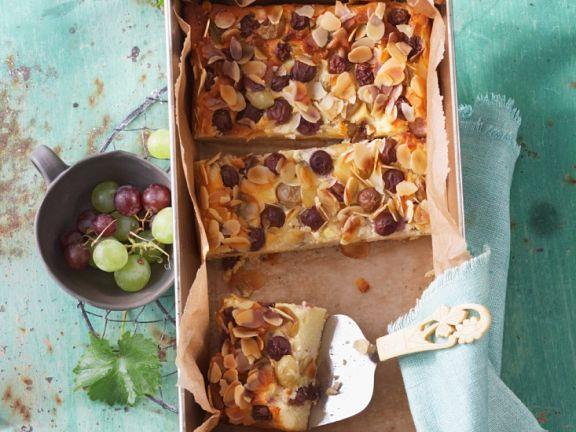 Käsekuchen mit Weintrauben und Mandeln