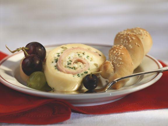 Käseroulade mit Weintrauben und Sesamgebäck