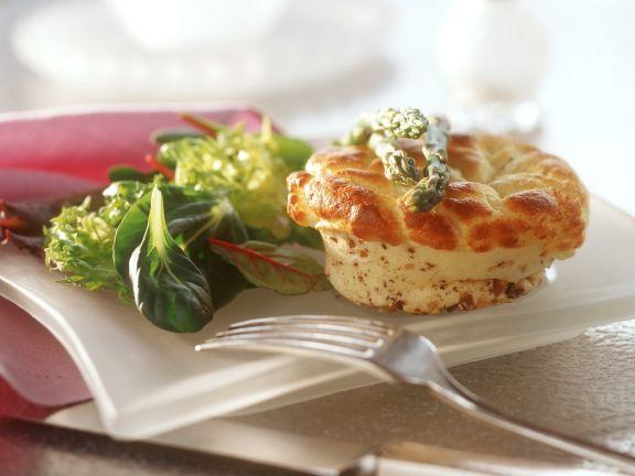 Käsesoufflee mit Nuss dazu Salat