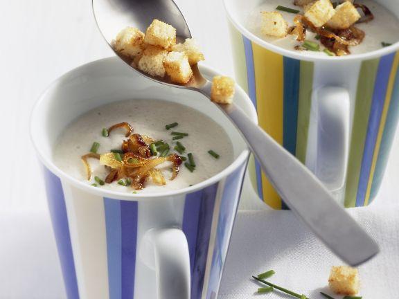 Käsesuppe mit Meerrettich und Brotwürfeln