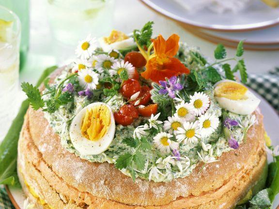 Käsetorte mit Wildkräutern, Essblüten, Eiern und Cocktailtomaten