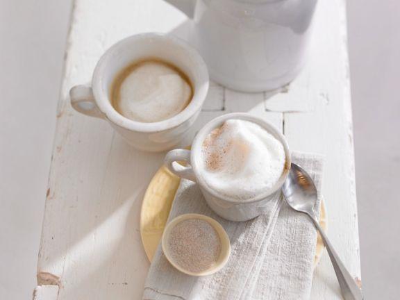 Kaffee mit Kardamom und Schaum