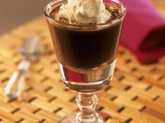 Kaffee mit Schokolade und Schlagsahne