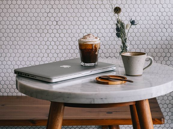 Ob im Smoothie, im Gebäck oder als klassischer Cold-Brew –hier finden Sie unsere leckersten Kaffee-Rezepte. |© Unsplash/ Rizky Subagja