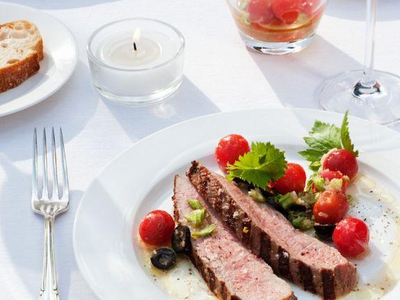 Kalbfleisch vom Grill mit Tomaten